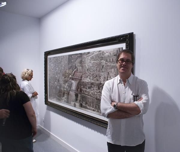 Mariano Castillo con el grabado -La gran vista-